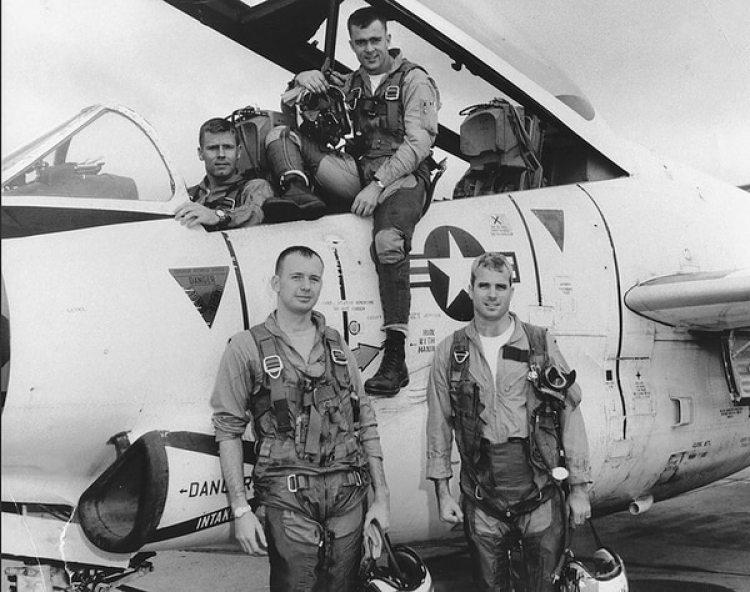 John McCain, primero a la derecha, junto a el escuadrón del que hacía parte en la Guerra de Vietnam.