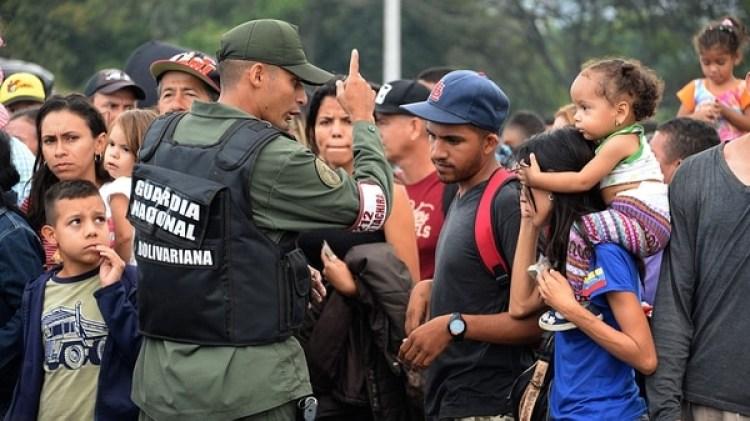 Miles de venezolanos huyen de su país por la crisis (Foto: AFP)