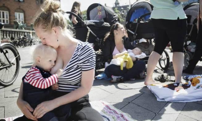 Varias mujeres dan el pecho a sus hijos (EFE/Linda Henriksen)