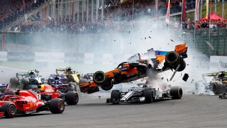 Uno de los momentos del accidente de Fernando Alonsoen el Gran Premio de Bélgica de la F1 2018 (REUTERS)