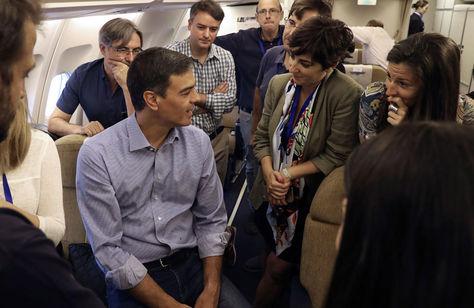 Pedro Sánchez (centro), conversa con los miembros de su delegación en el interior del Airbus de la Fuerza Aérea Española antes de emprender la gira. Foto: EFE