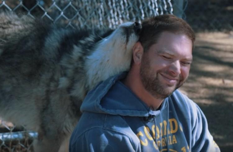 """Jim Minick, el administrador del Centro de Rescate de Animales Lockwood, es veterano él mismo y asegura que cuando los lobos te aceptan """"eso tiene un significado profundo"""""""