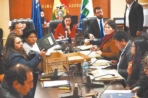 Trabajo. Comisión revisa documentos de los postulantes.