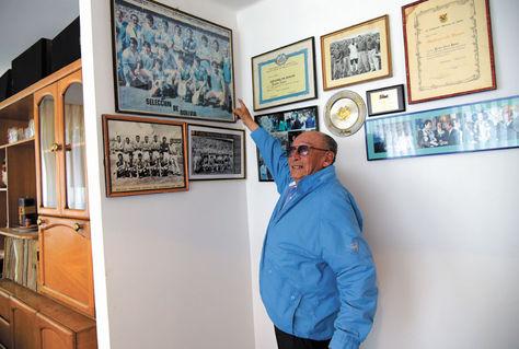 'Chicho' Navarro muestra fotografías en las que aparece junto a la selección y a equipos de Bolívar. Foto: Cristian Calderón