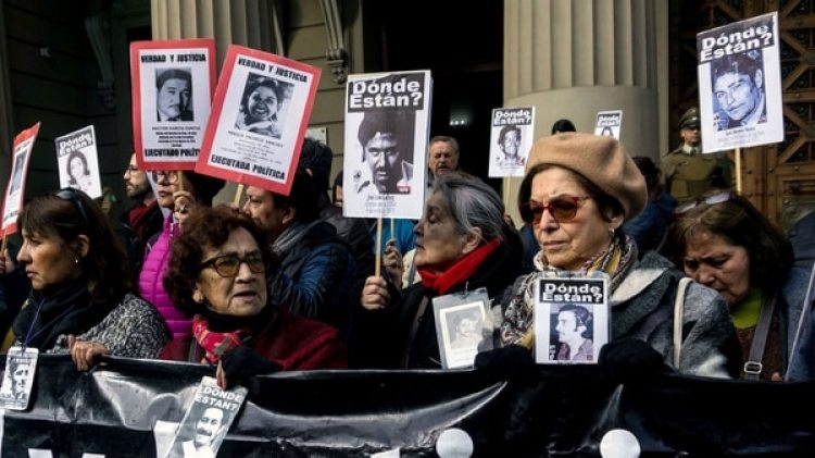 Protesta de familiares de desaparecidos durante la dictadura de Augusto Pinochet (AFP)