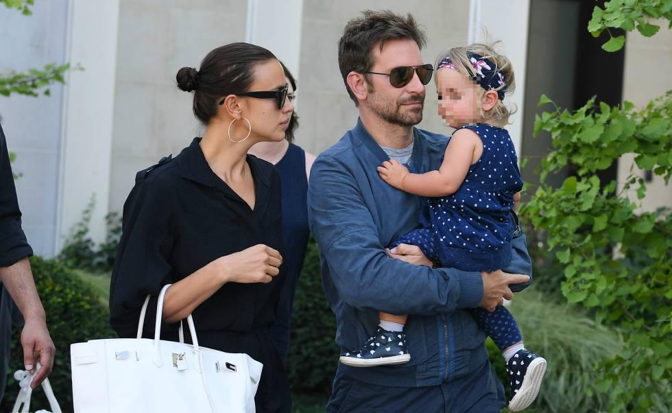 Irina Shayk y Bradley Cooper con su hija Lea en Venecia.