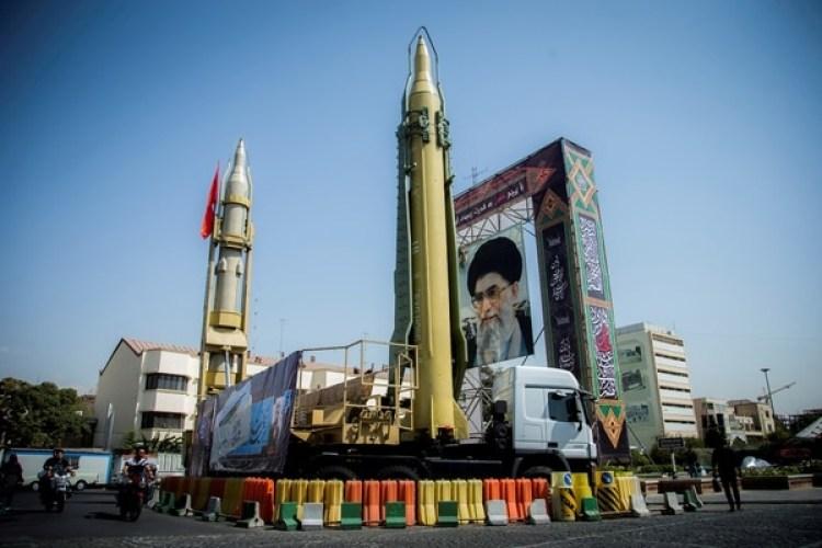 Dispositivo con misiles y un retrato del líder supremo Ayatollah Ali Khamenei en una plaza de Teherán el 27 de septiembre de 2017 (Nazanin Tabatabaee Yazdi/TIMA via REUTERS)