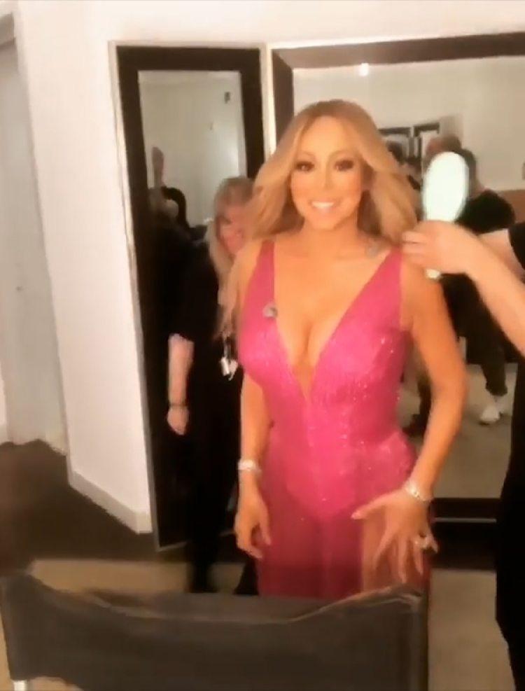 Mariah Carey lució un vestido fucsia de escote pronunciado (Instagram: Mariah Carey)