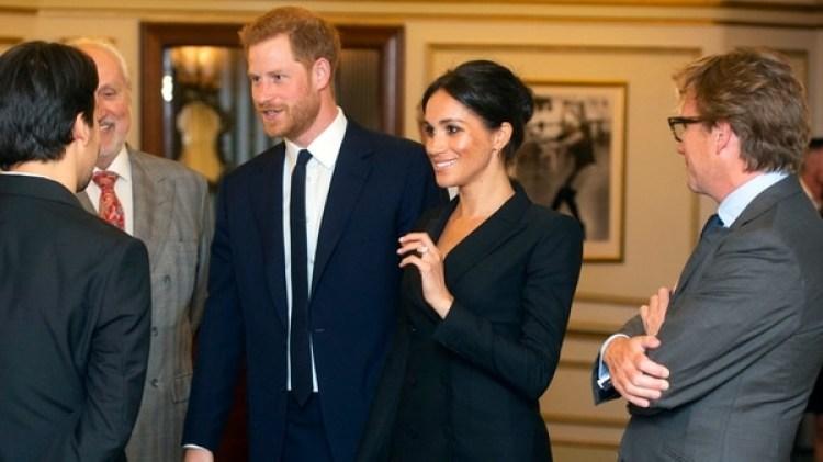 """El príncipe Harry y Meghan, duques de Sussex, en el Teatro Victoria Palace antes de asistir a una función de gala del musical """"Hamilton"""" (Dan Charity/Pool Photo via AP)"""