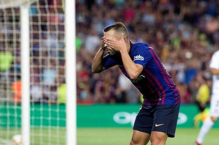 El festejo de Jordi Alba tras su gol al Huesca en el triunfo del Barcelona (EFE)