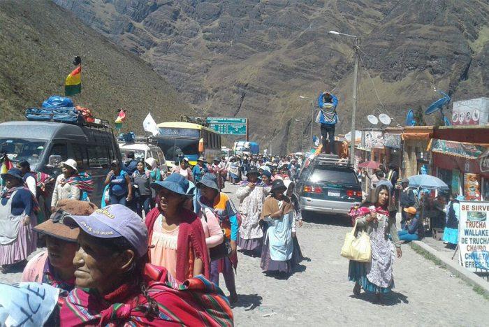 LOS COCALEROS DE LOS YUNGAS ESPERAN A SUS COMPAÑEROS MARCHISTAS EN EL INGRESO DE URUJARA.