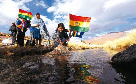 Reserva. Dos mujeres acarician las aguas delSilala, ubicadas al sudoeste de Potosí. Foto: archivo Ángel Illanes