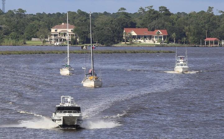 Los dueños de lanchas y barcos trasladan sus embarcaciones a zonas seguras en Biloxi, Mississippi. / AP
