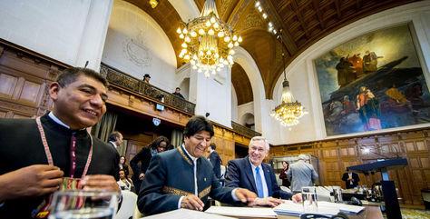 El canciller Fernando Huanacuni, el presidente Evo Morales y el agente boliviano Eduardo Rodríguez Veltzé en la CIJ.