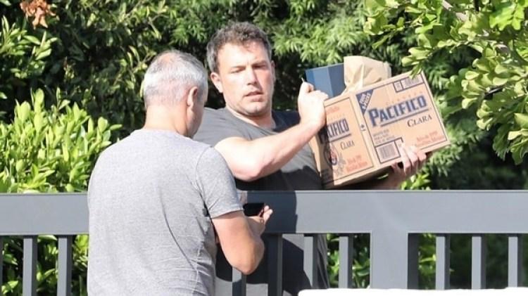 Ben Affleck recibiendo un delivery de alcohol en su casa de Los Ángeles (Grosby Group)
