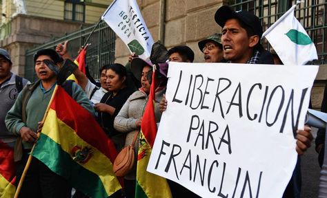 Productores de la hoja de coca demandan la liberación de Franclin Gutiérrez en inmediaciones del Ministerio Público, en la calle Potosí.