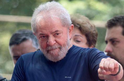 El expresidente brasileño Luiz Inacio Lula da Silva tras salir de la sede del sindicato metalúrgico de Sao Bernardo do Campo. Foto: EFE