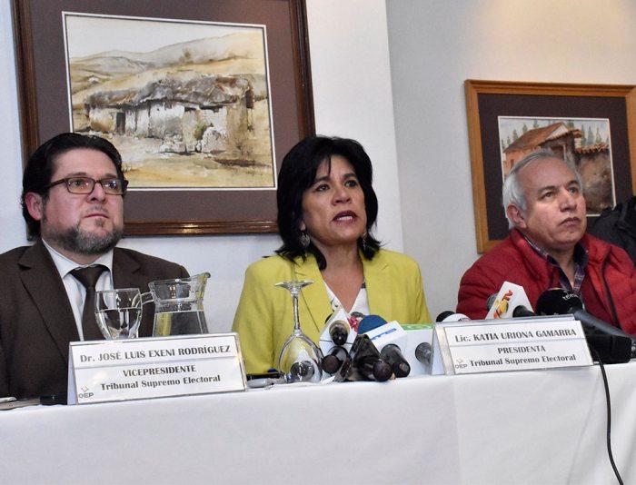 Vocales del Tribunal Supremo Electoral José Luis Exeni, Katia Uriona y Antonio Costas.