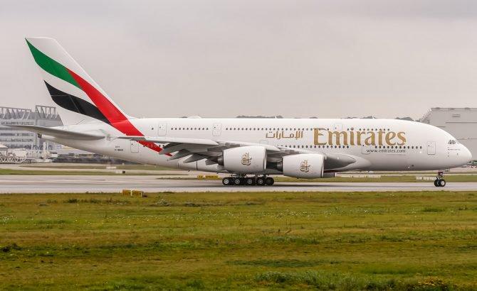 Un avión de Emirates, en cuarentena tras llegar a Nueva York con más de 100 pasajeros enfermos