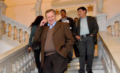 José Alberto Gonzales en la Asamblea Legislativa, tras que se conociera su renuncia al puesto de senador. Foto: APG