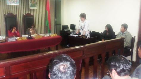 De pie la abogada Paola Barriga, defensa de Franclin Gutiérrez, toma la palabra en la audiencia de Acción de Libertad.
