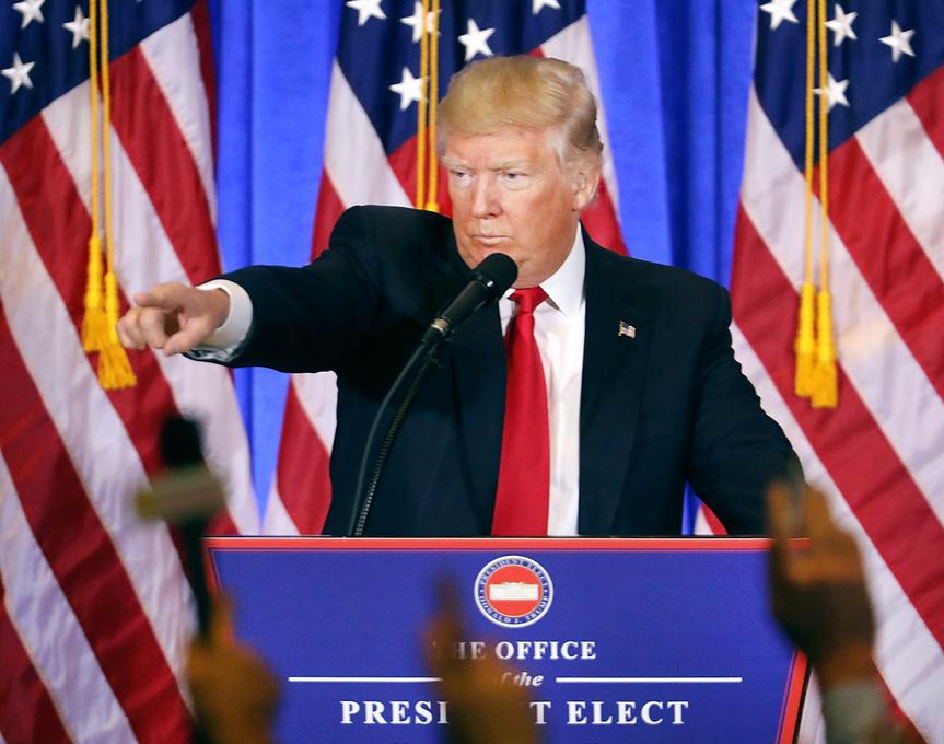 Michael Moore compara a Donald Trump con Adolf Hitler