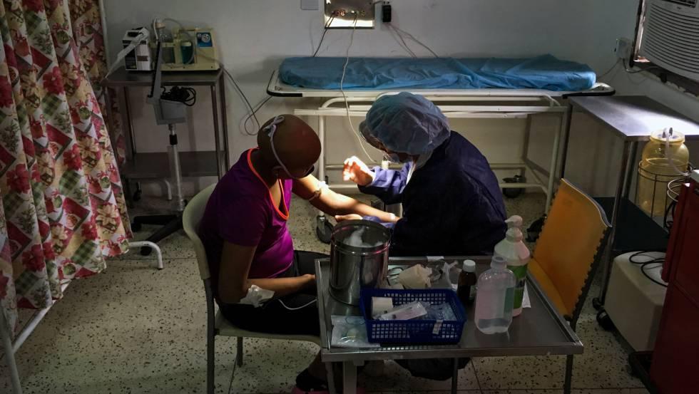 Un paciente recibe cuidados en una clínica venezolana.