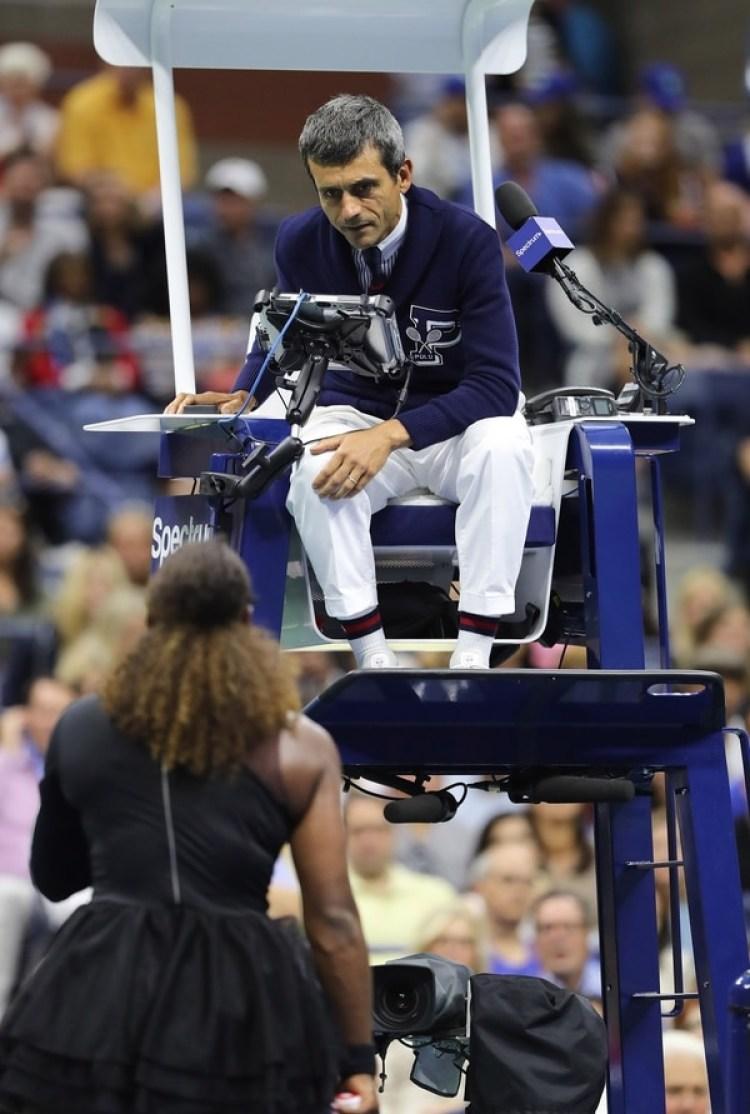 El árbitro Carlos Ramos atiende a los reclamos de Serena Williams (Reuters)