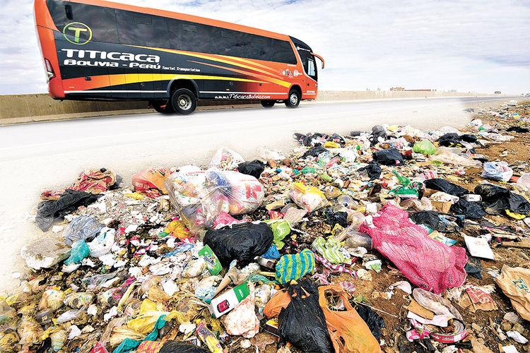 Contaminado. Un bus turístico se desplaza por la vía con dirección a Copacabana. Foto: Pedro Laguna