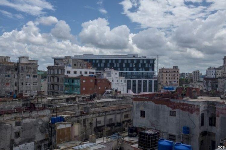 Los Hoteles de lujo en construcción en La Habana Vieja contrastan con la pobreza circundante (Foto: Archivo/Makintalla)