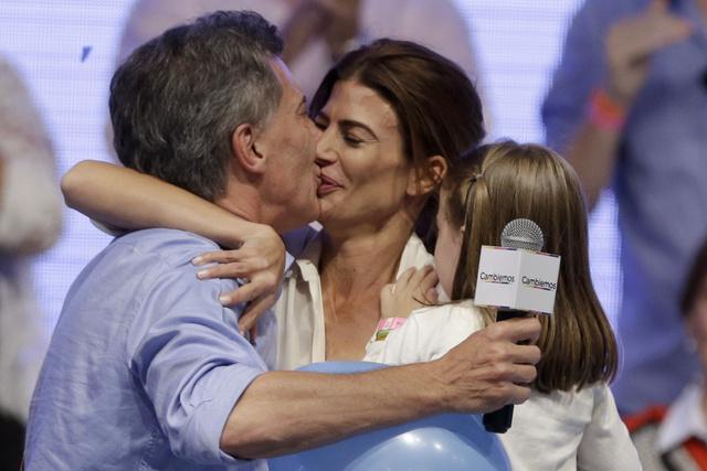 Macri y Awada se besan después del anuncio de que él había ganado las elecciones argentinas.