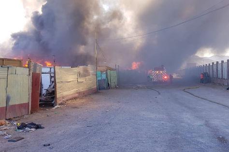 El incendio en el campamento Frei Bonn en Calama, Chile. Foto: Carabineros de Chile