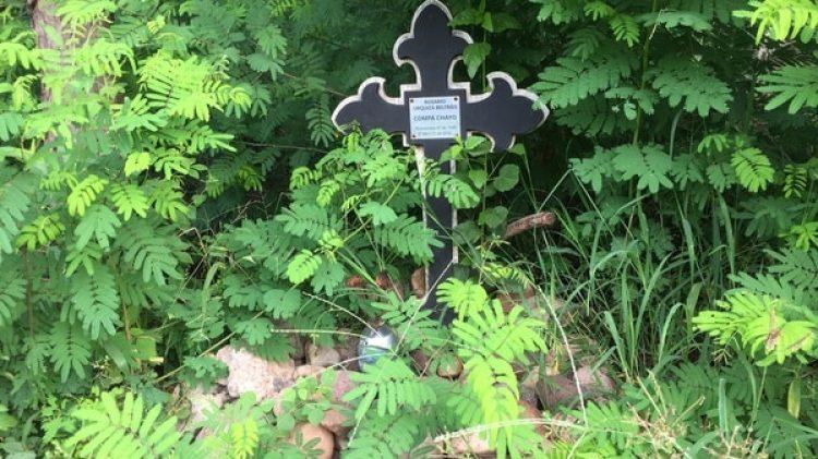 Con cruces, pequeños mausoleos, pensamientos, fotografías, veladoras y hasta bebidas se recuerda a quienes aquí fueron encontrados