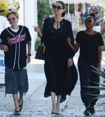 Angelina Jolie con sus hijos Zahara y Shiloh, en Los Ángeles.