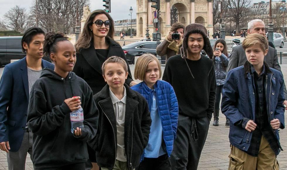 Angelina Jolie y sus seis hijos, en París, el pasado enero. rn