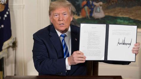 Donald Trump muestra este martes 8 de mayo el memorándum presidencial firmado durante la rueda de prensa ofrecida en la Casa Blanca. Foto: EFE