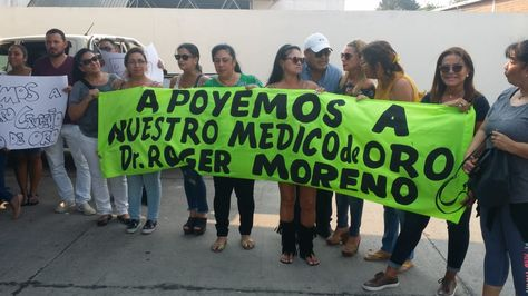 Respaldo al médico Róger Moreno en puertas del Hospital Obrero de la capital cruceña