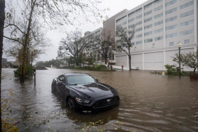 Un auto se encuentra semi sumergido enWilmington, Carolina del Norte. ( EFE/EPA/JIM LO SCALZO)
