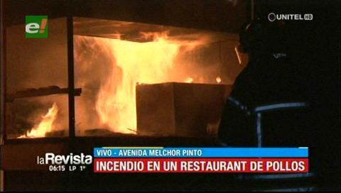 Voraz incendio consume un restaurante de comida rapida