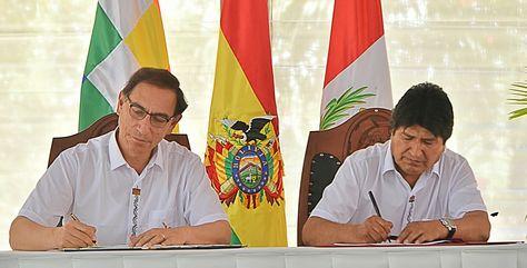 Los presidentes de Perú, Martín Vizcarra, y de Bolivia, Evo Morales, firman la Declaración de Cobija. Foto: ABI