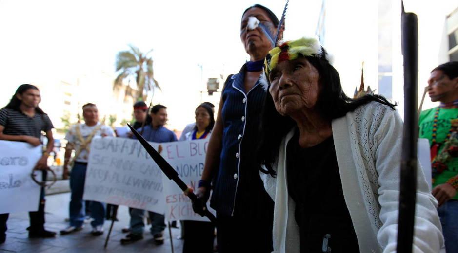 Miembros del pueblo indígena kichwa de Sarayaku, de la Amazonía ecuatoriana, se manifiestan contra una extracción petrolera. (EFE)