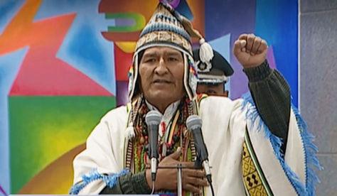 El presidente Evo Morales hace el símbolo del puño izquierdo en alto.