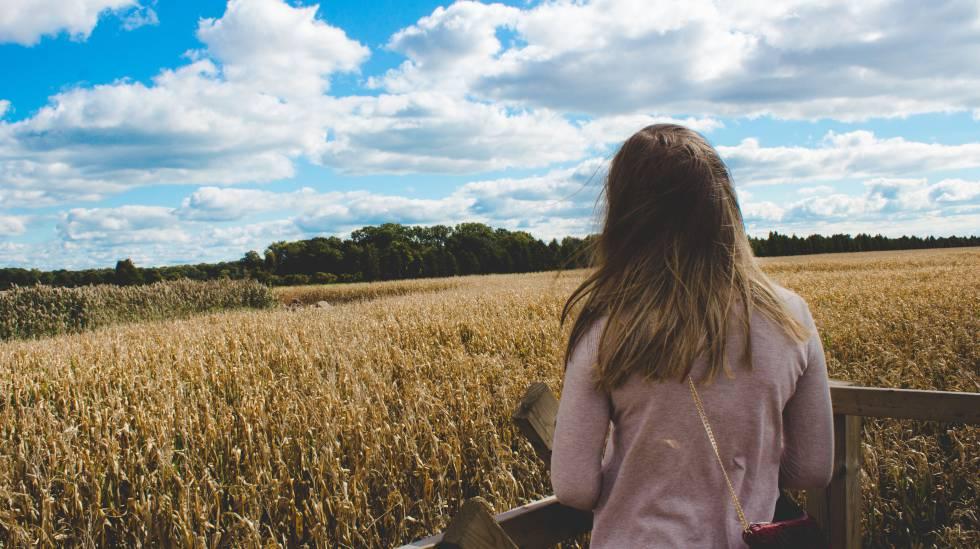 Una mujer contempla un campo de cultivos en Leamington, en Canadá.
