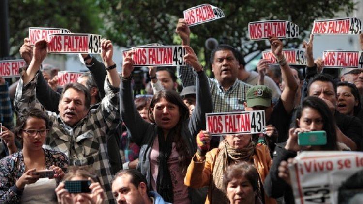 Casi cuatro años después, los padres de los 43 estudiantes de Ayotzinapa siguen buscando a sus hijos (Foto EFE)