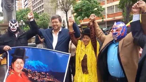 Conocida cholita luchadora Carmen Rosa se une a Doria Medina