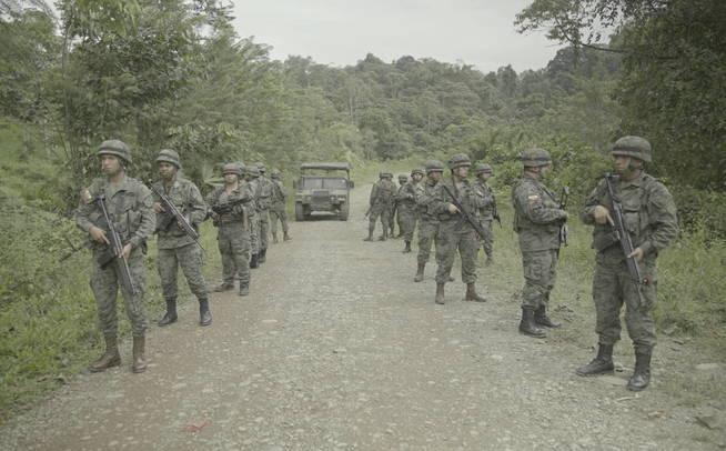 Militares ecuatorianos en Mataje. (Jules Giraudat / Forbidden Stories)