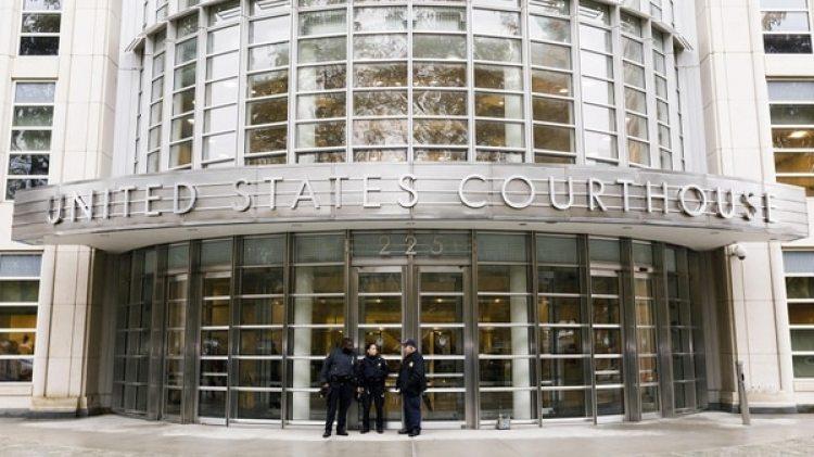 Varios policías montan guardia en el exterior de una corte federal de Nueva York en Brooklyn, Nueva York (Estados Unidos) el 5 de noviembre de 2018 (EFE)