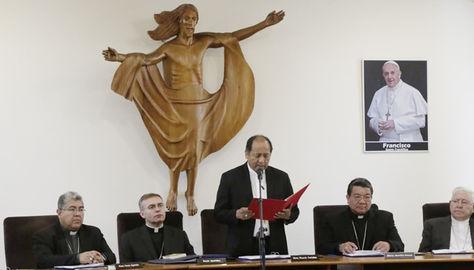 Uno de los clérigos de la Iglesia Católica lee el documento del CV Asamblea de Obispos de Bolivia.