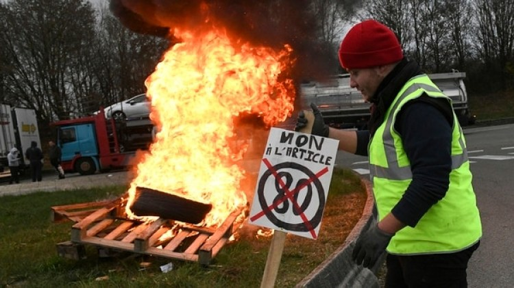 Una mujer murió atropellada durante las protestas en Francia (AFP)