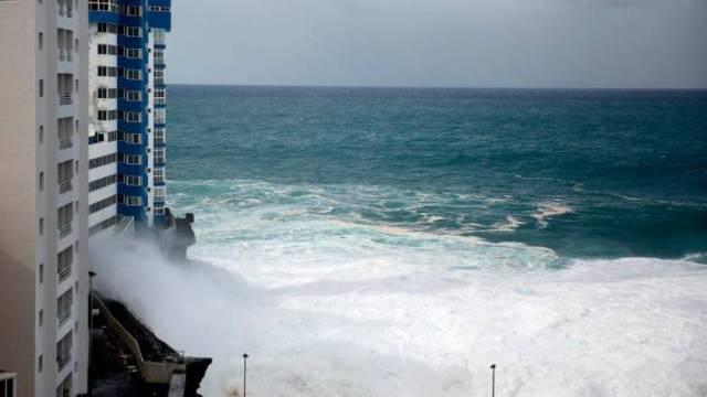 Una gran ola destroza varios balcones de un edificio en Tenerife — VIDEOS